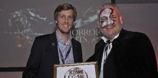 Michael Bolton überreicht den Award für die Horror Nights an Dominik Seitz, Repräsentanz UK Europa-Park
