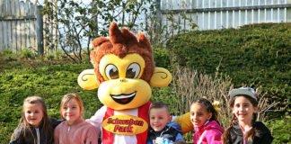 Kindergruppe mit Maskottchen im Schwaben-Park
