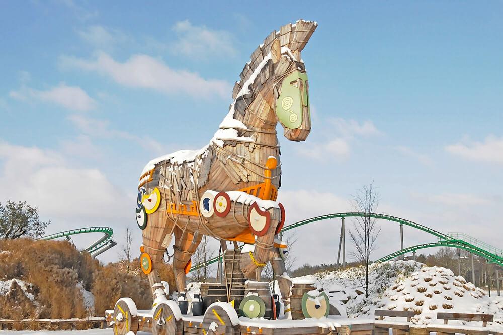 Mit Schnee überdeckte Achterbahn Troy während den Magischen Winterwochen